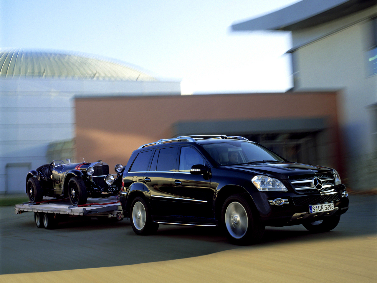 wallpaper 1024x960: Mercedes-Benz GL-class with trailer and a classic car