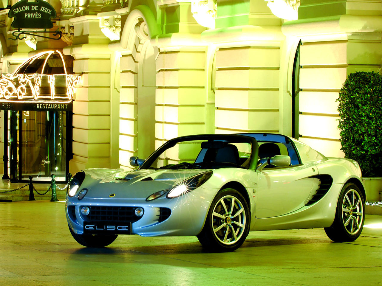 Lotus Elise in front of a resturant